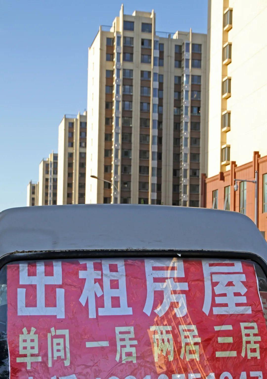 某小型中介公司在车上贴出广告招揽生意